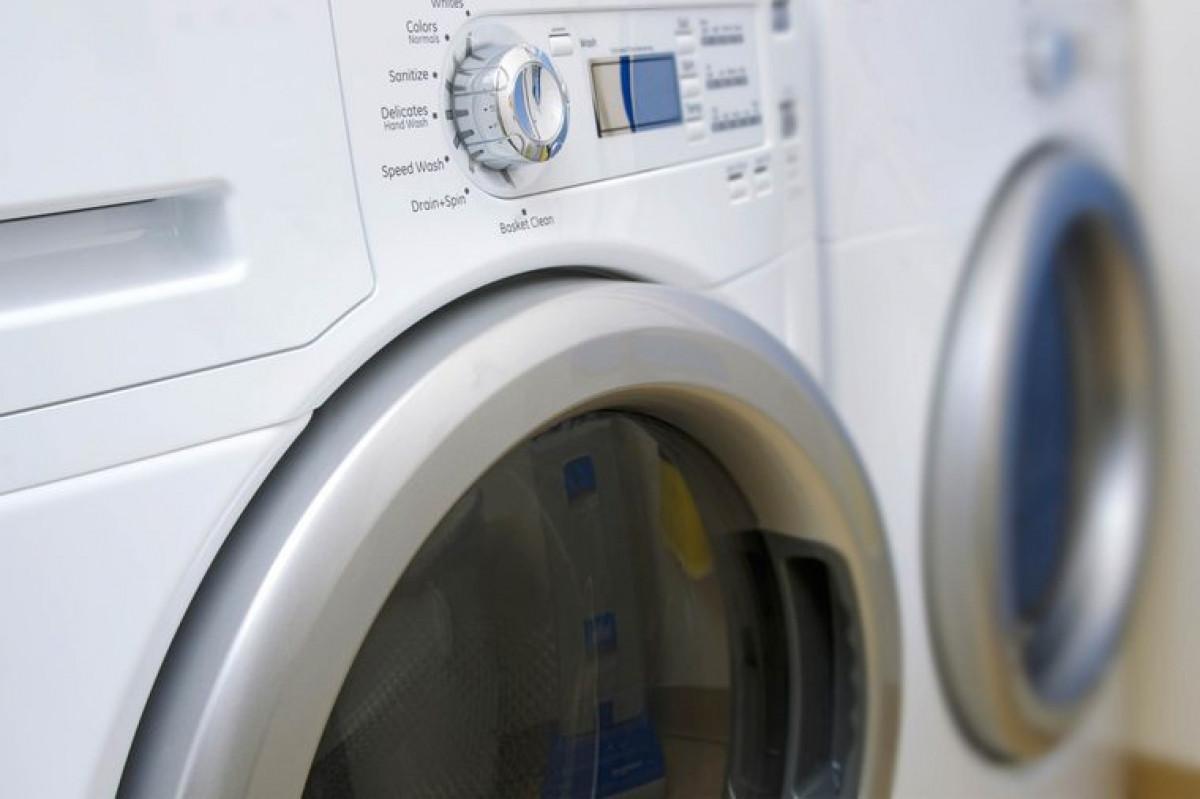 Giặt máy: Bạn có thể bỏ giày vào trong máy giặt nếu như giày bẩn từ trong ra ngoài. Tuy nhiên, bạn nên tránh dùng biện pháp này nếu bạn không có giá sấy riêng cho giày khi dùng máy giặt./.