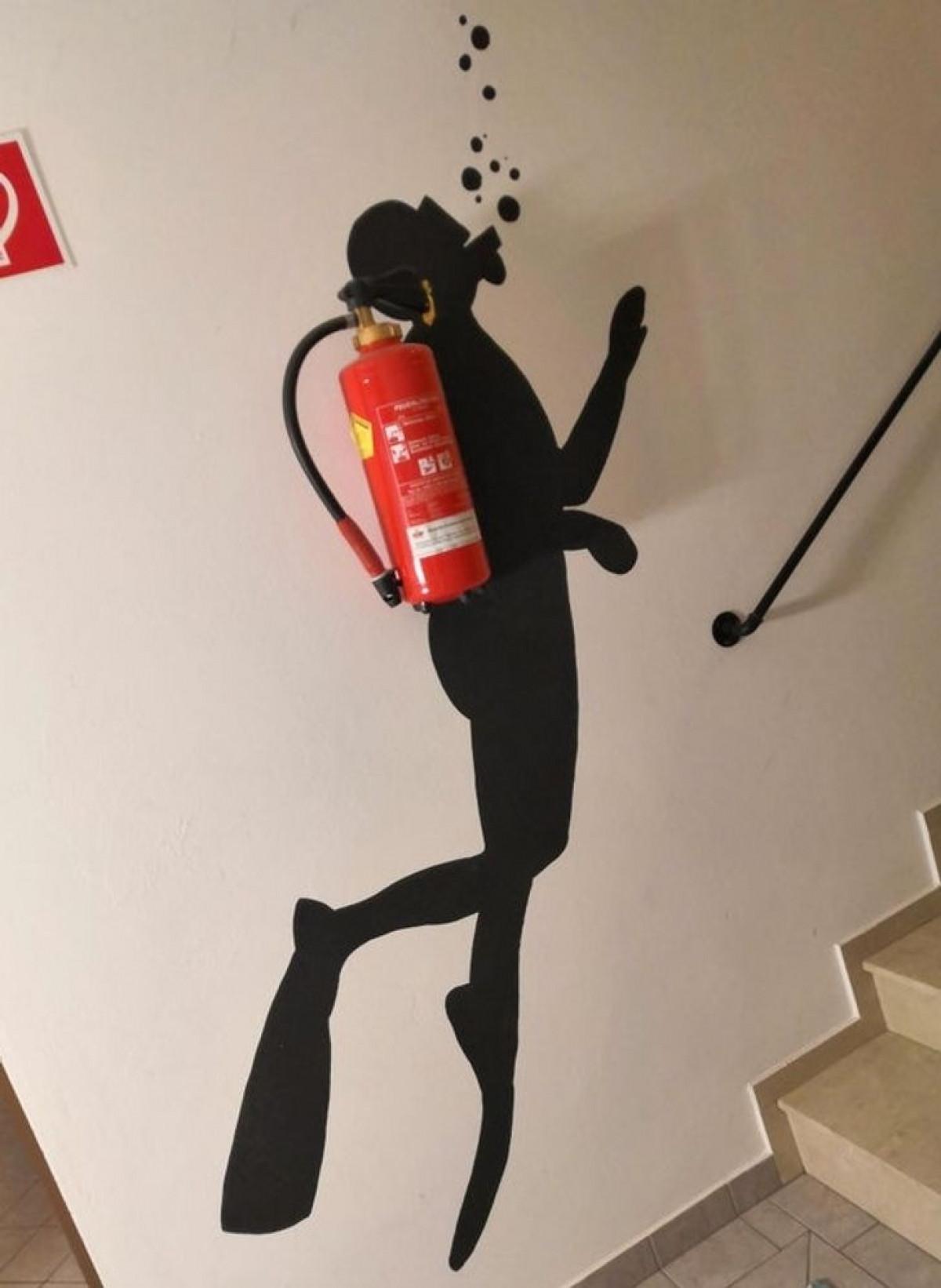 Kiếm một chỗ treo bình cứu hỏa cũng không quá khó và không quá xấu nếu bạn có óc sáng tạo. Một hình vẽ trên tường cũng có thể tạo ra một ấn tượng độc đáo và một trải nghiệm đẹp cho một thiết bị tưởng chừng khá thô, cứng.