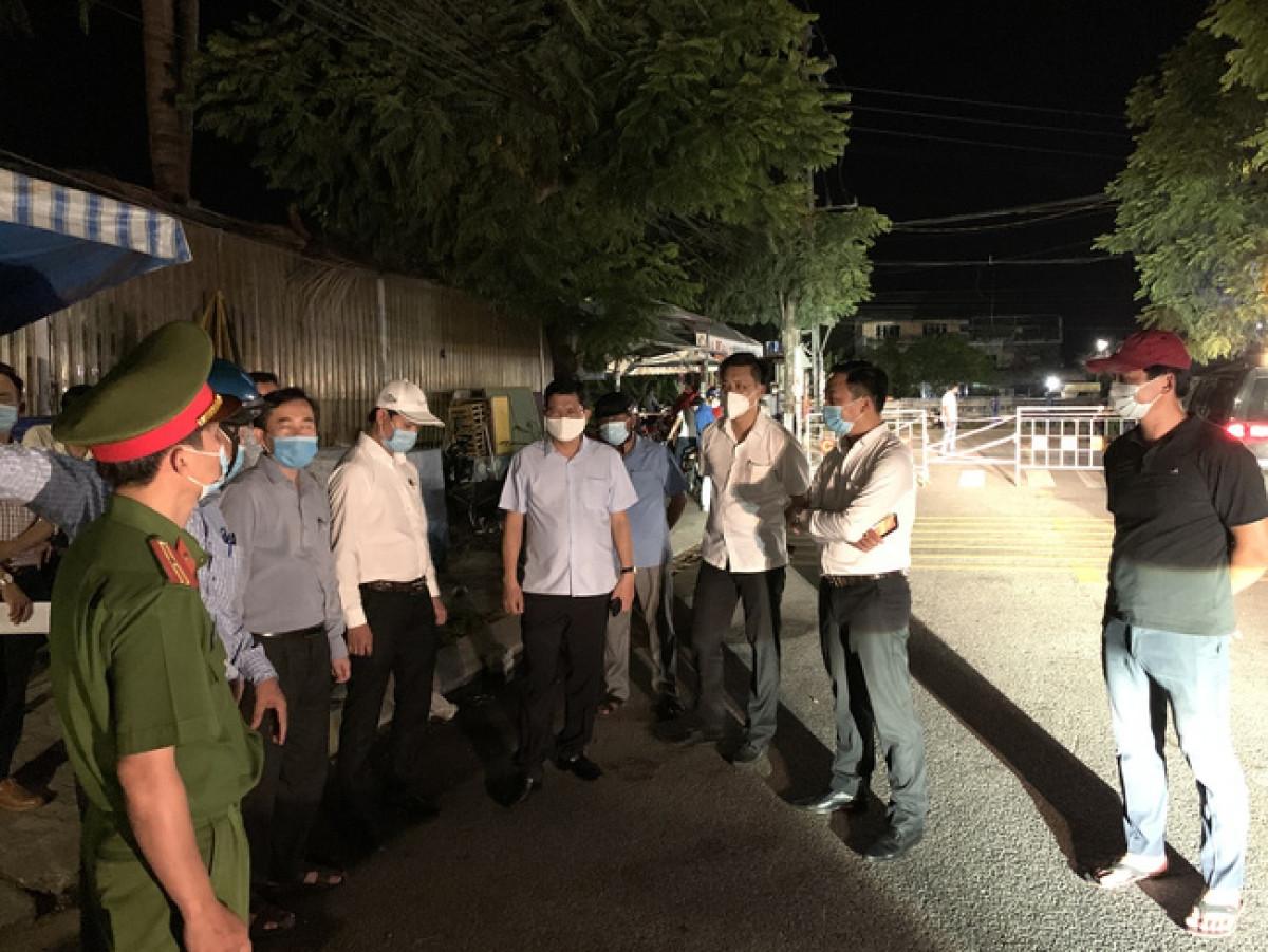 Ông Trần Phước Sơn, Bí thư Quận ủy Liên Chiểu kiểm tra công tác phòng chống dịch trong đêm 8/5