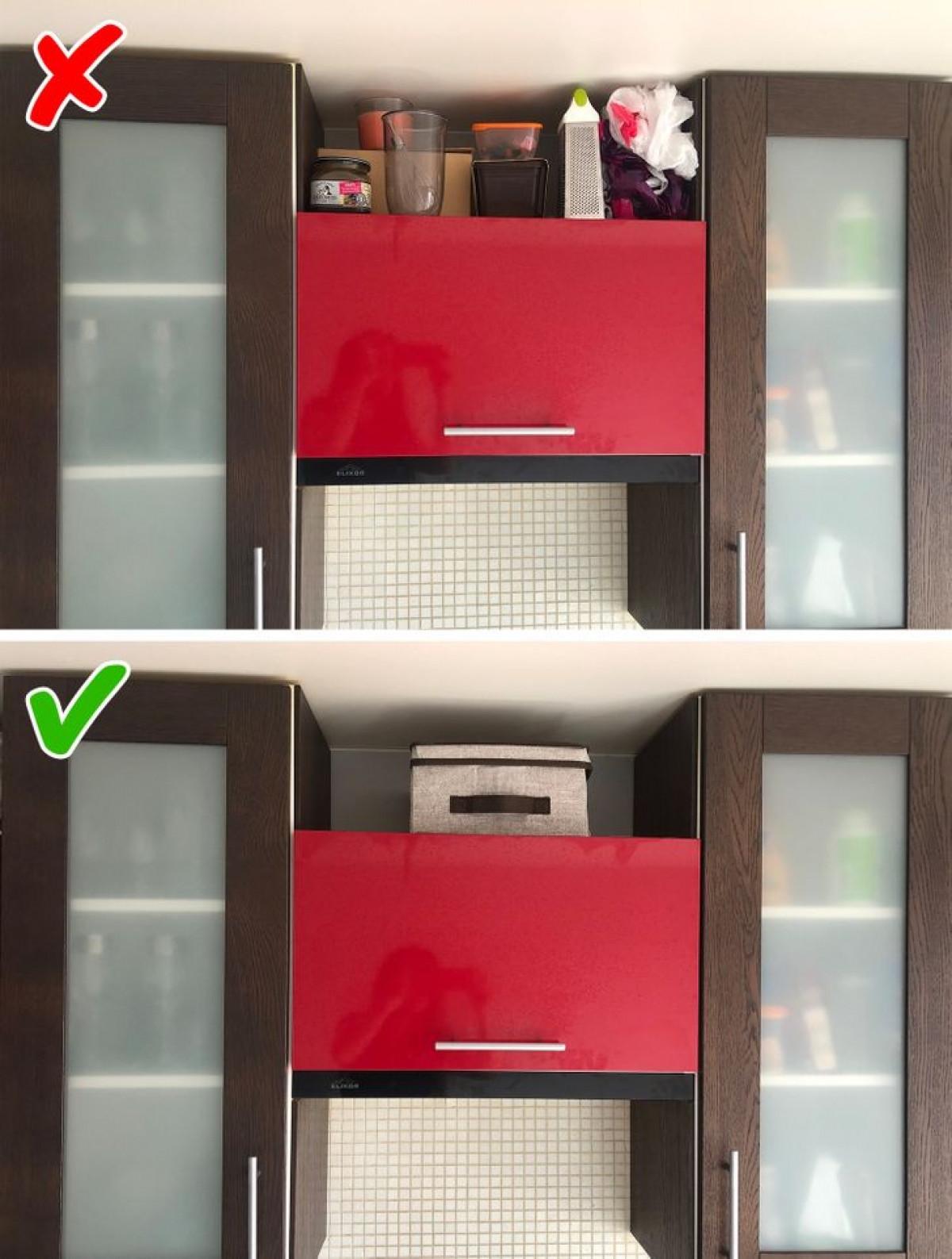 Nếu có một khoảng trống nào đó giữa tủ bếp trên và trần nhà, thông thường mọi người sẽ tranh thủ đặt đồ lên đó. Tuy nhiên, việc tận dụng này sẽ khiến gian bếp của bạn trông lộn xộn và kém đẹp. Bạn hãy sử dụng một cái hộp để chứa đồ, chúng vừa giúp đồ đạc không bị bẩn lại khiến căn bếp gọn gàng hơn.