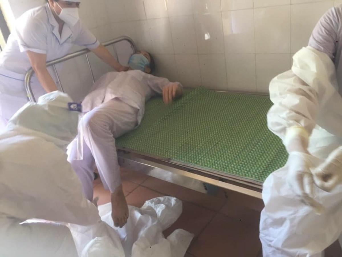 Nhân viên y tế Nguyễn Thị Huế, ngất xỉu được đồng nghiệp đưa vào giường nghỉ ngơi.Ảnh CTV.