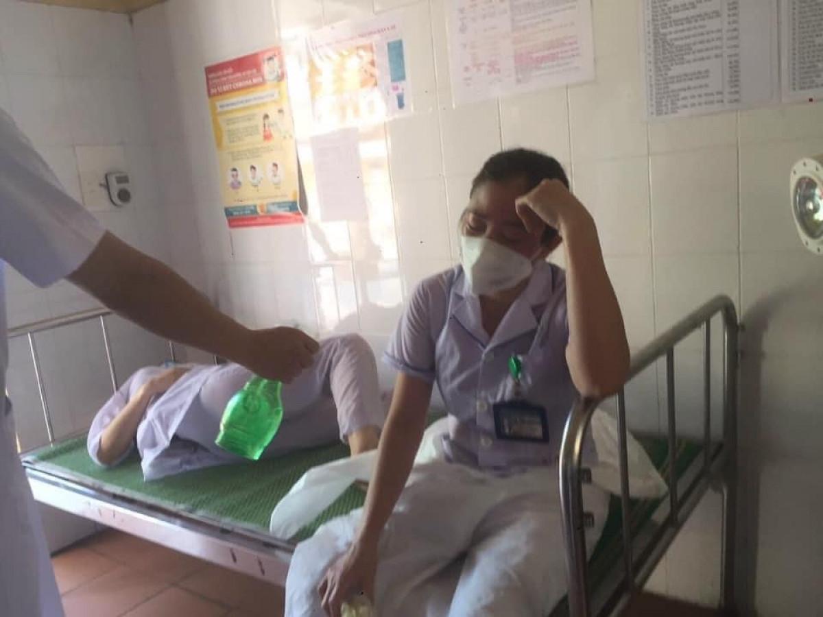 Công việc quá tải khiến 3 nữ nhân viên y tế tham gia chống dịch trên địa bàn bị ngất do kiệt sức.Ảnh CTV.
