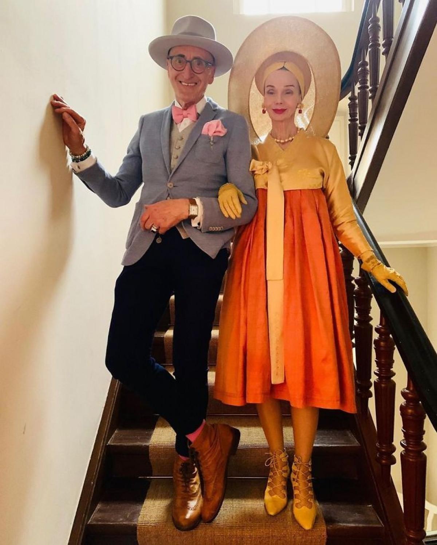 Cuộc sống hạnh phúc của họ ở tuổi xế chiều, khi vẫn bên nhau nắm tay đi dạo phố, cùng diện những trang phục thời thượng khiến không ít người ngưỡng mộ./.