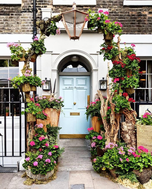 Đó là những khung cửa ngập tràn sắc hoa.