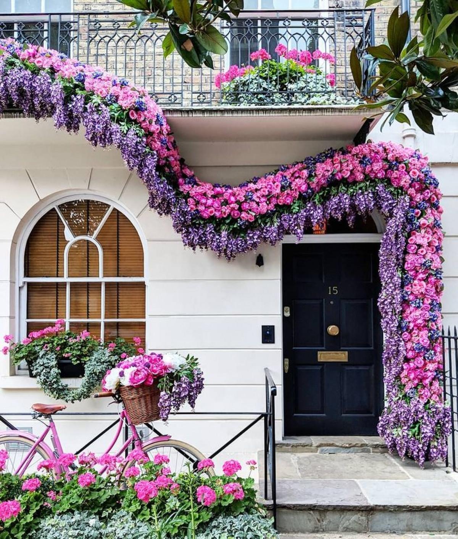 Các khung cửa được trang trí từ những bông hoa hồng đầy màu sắc, tử đinh hương tươi tốt, đến những cây xương rồng tuyệt đẹp.