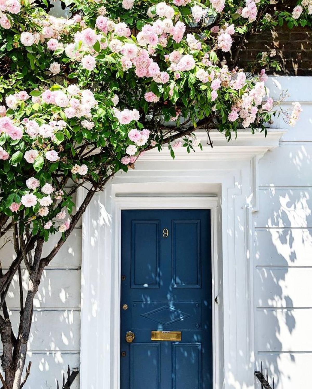 Ai đó sẽ tưởng tượng rằng, đằng sau những khung cửa tuyệt vời này hẳn sẽ là một thế giới cổ tích.