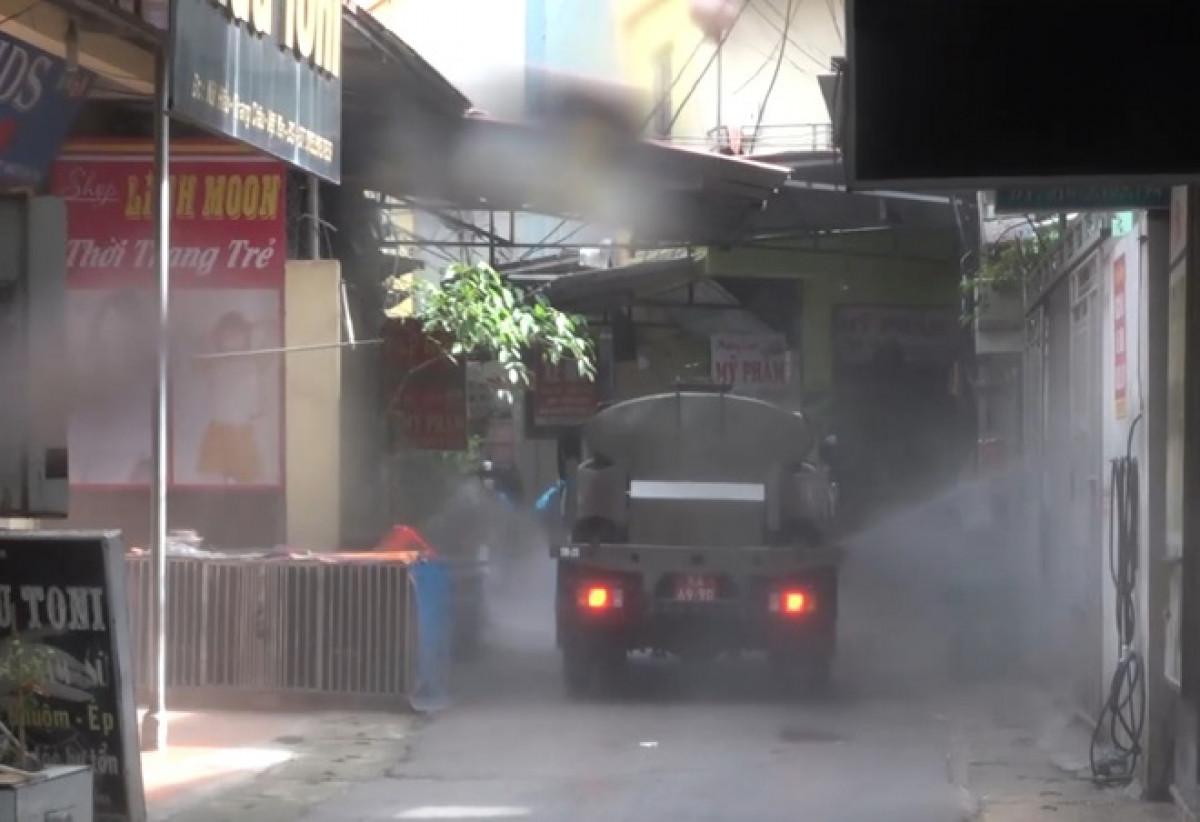 Bộ Tư lệnh Quân khu 1 phun khử khuẩn ngoài đường chính, khu dân cư ở Việt Yên, Bắc Giang.