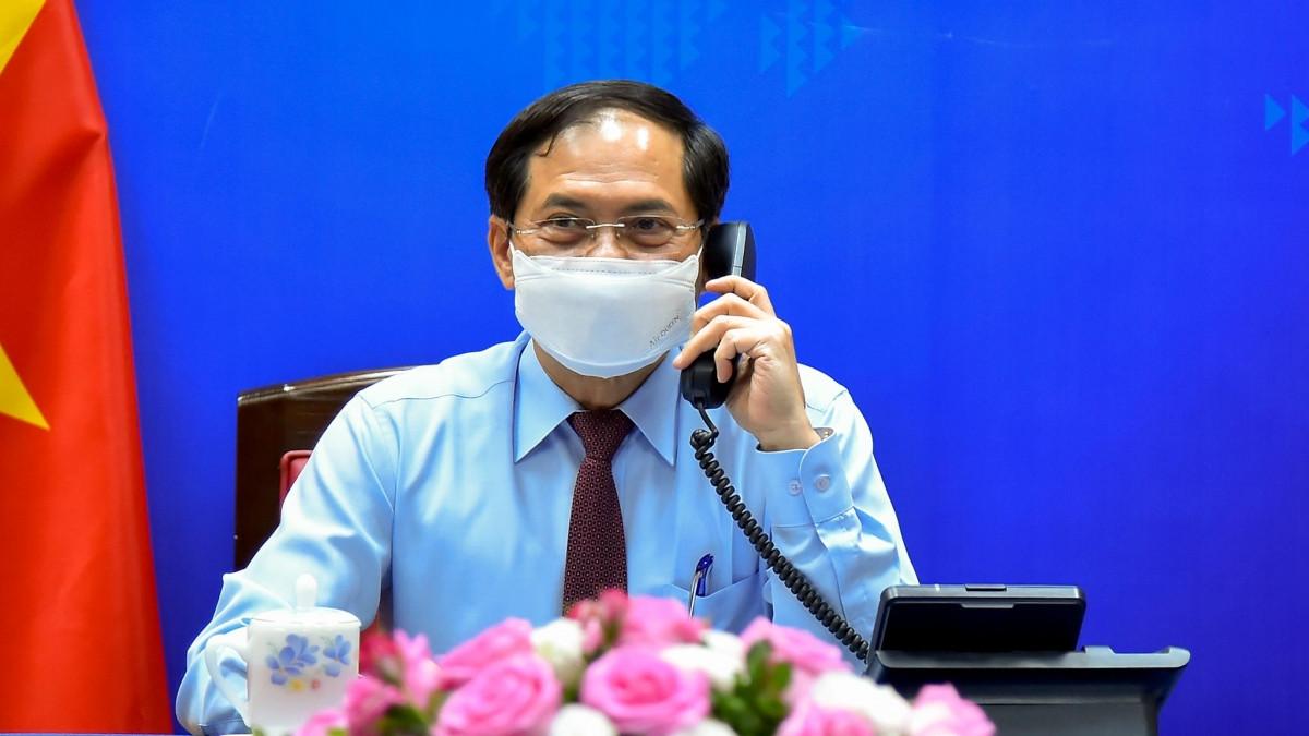 Bộ trưởng Ngoại giao Bùi Thanh Sơn điện đàm với Ngoại trưởng Canada Marc Garneau.