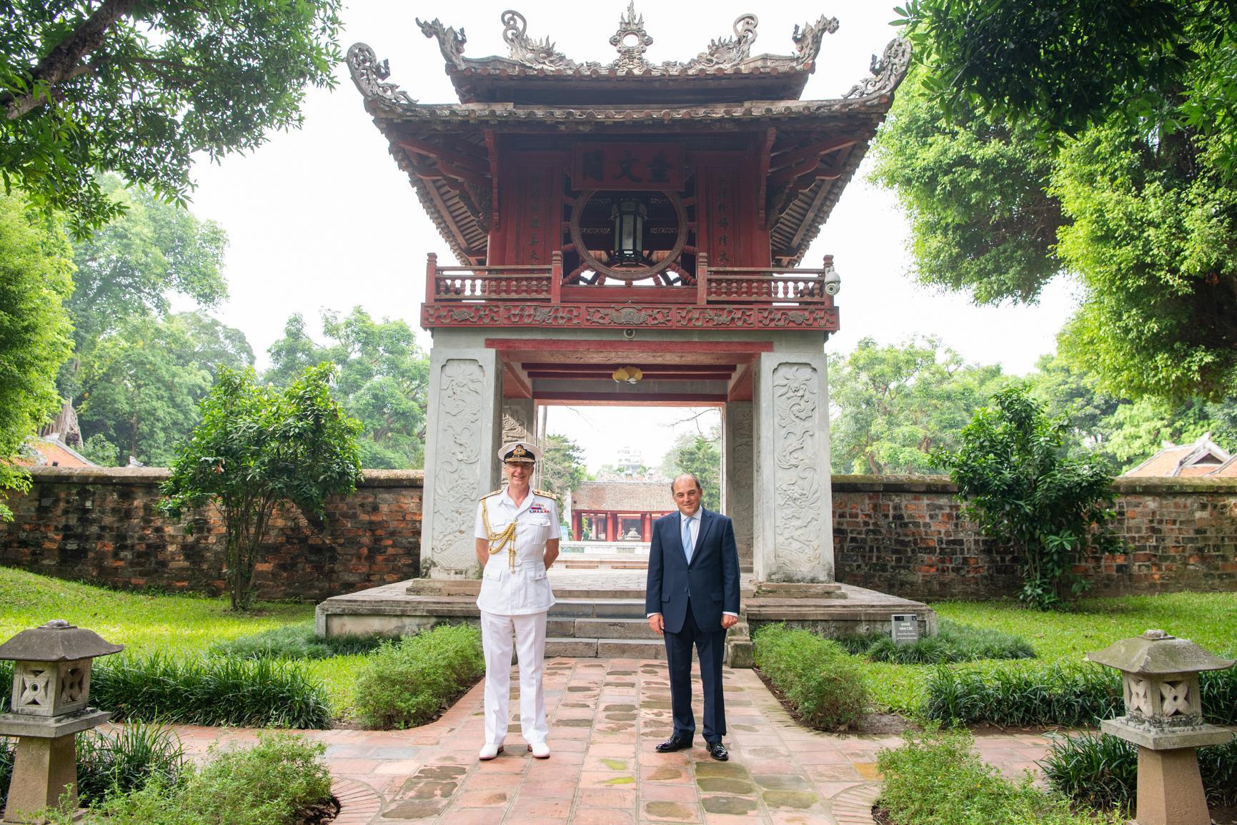 Ảnh: Bộ trưởng Quốc phòng Anh thăm Văn Miếu Quốc Tử Giám - 1