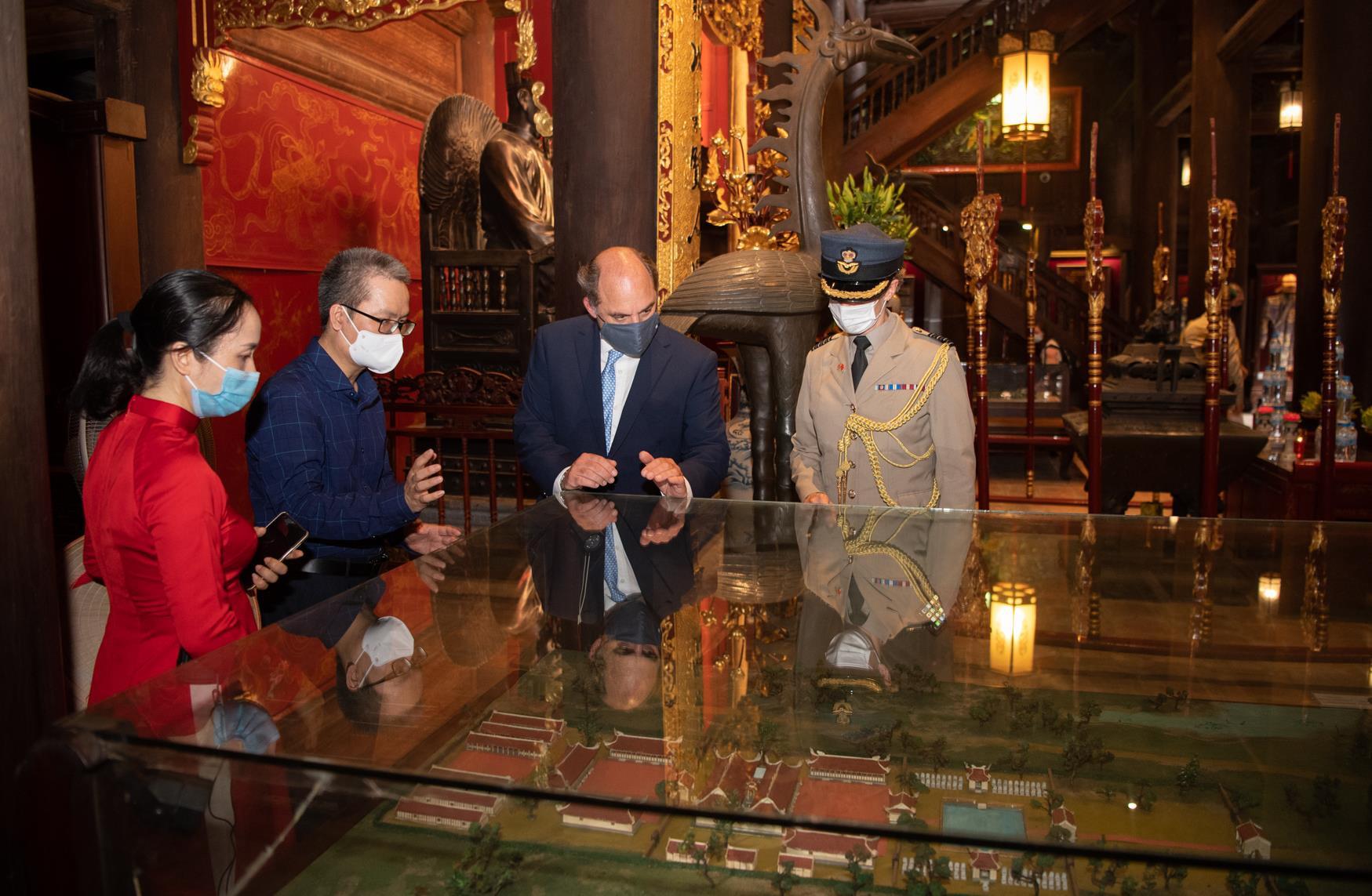 Ảnh: Bộ trưởng Quốc phòng Anh thăm Văn Miếu Quốc Tử Giám - 5