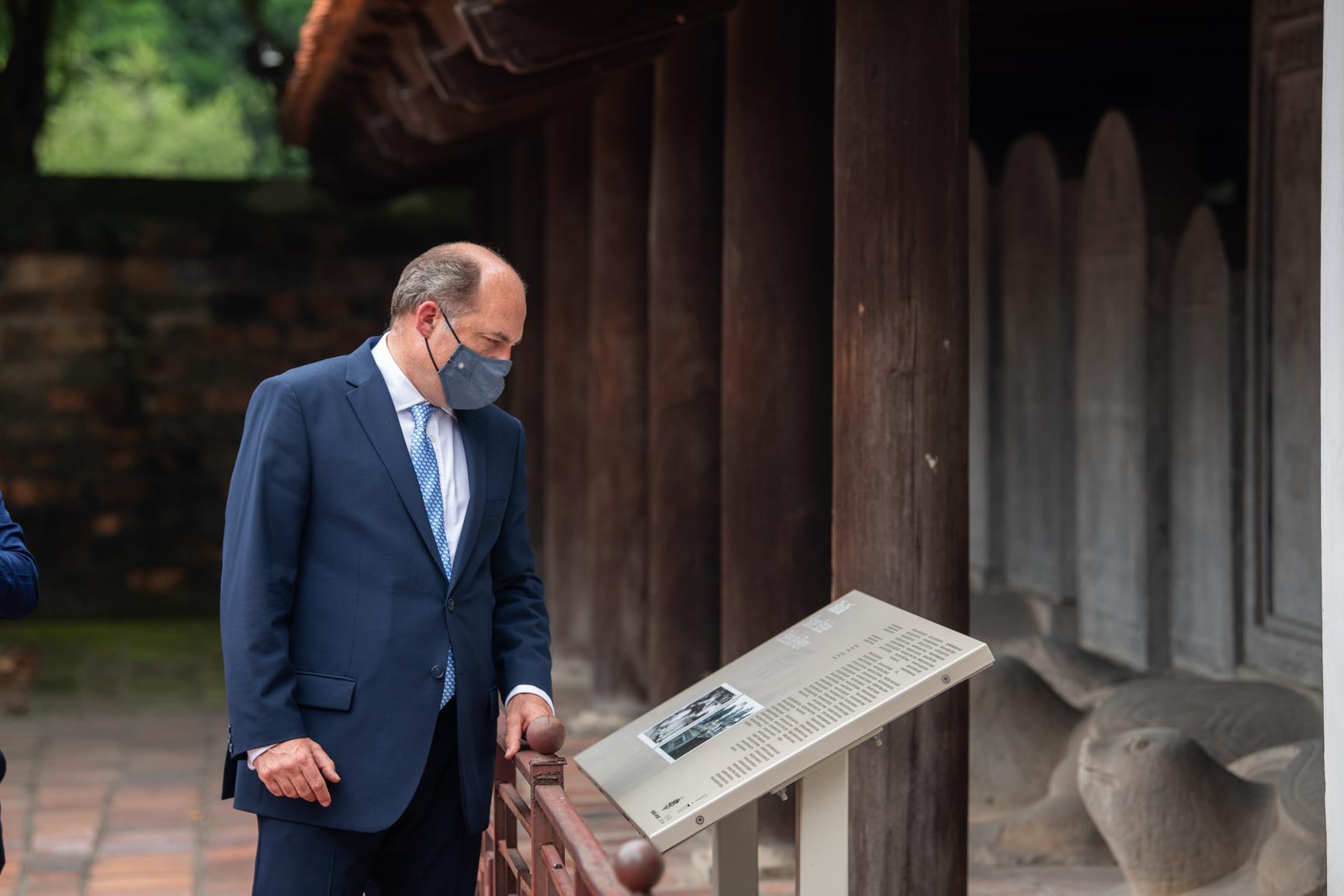 Ảnh: Bộ trưởng Quốc phòng Anh thăm Văn Miếu Quốc Tử Giám - 3