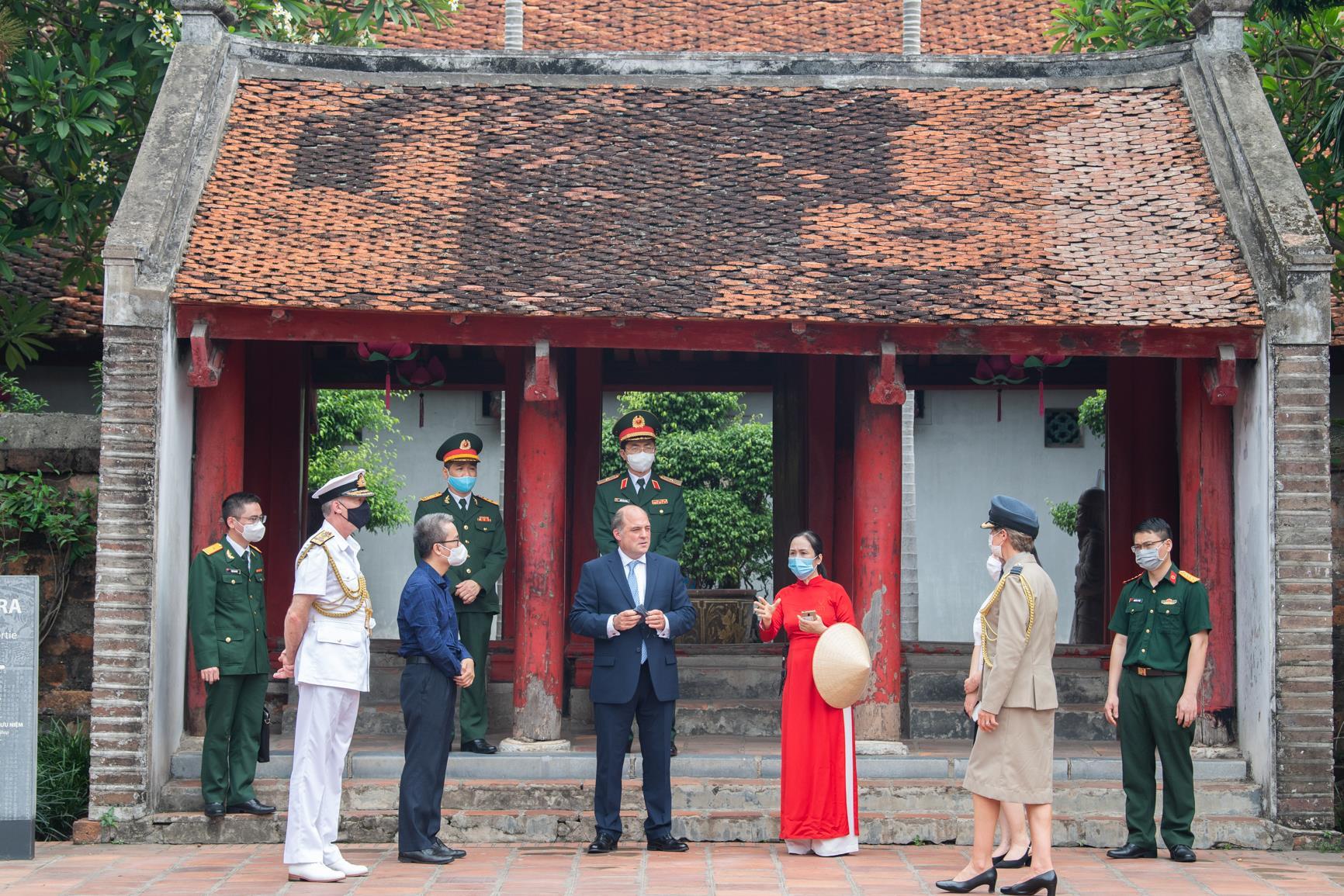Ảnh: Bộ trưởng Quốc phòng Anh thăm Văn Miếu Quốc Tử Giám - 4