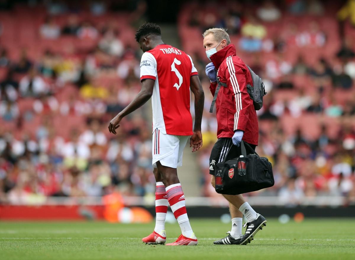 Đến cuối hiệp 1, Arsenal gặp tổn thất về nhân sự khi tiền vệ Partey gặp chấn thương.