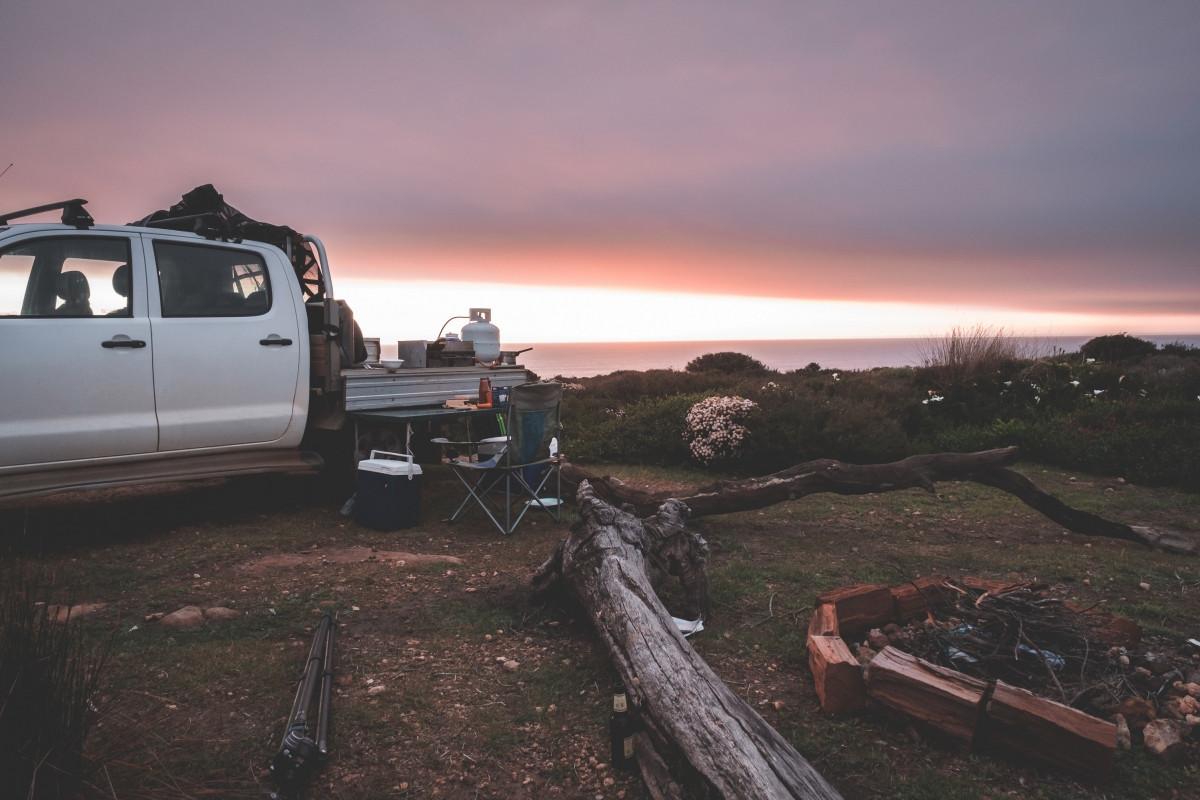 Nếu chỉ trải nghiệm trong thời gian ngắn, bạn nên cân nhắc thuê một chiếc xe cắm trại.Nguồn: Pexels