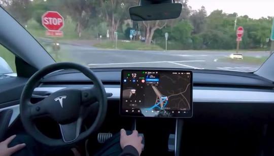Xe điện Tesla thêm tính năng đọc biển báo giới hạn tốc độ