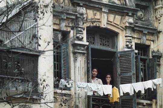 Xúc động ngắm Hà Nội thời hố hầm, tàu điện, máy nước