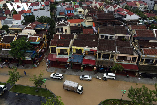 Nước sông Hoài dâng cao khi lũ tràn về, phố cổ Hội An bị ngập sâu