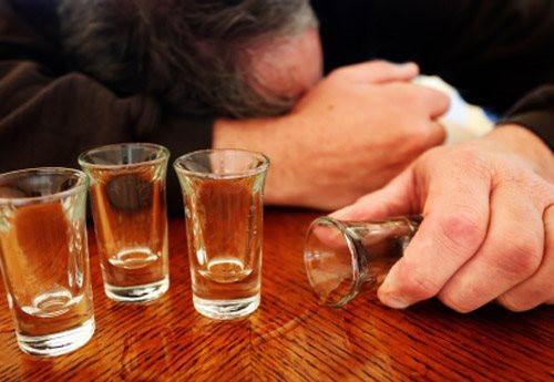 Có nên ly hôn người chồng nghiện nhậu?