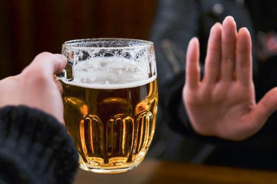 Xử phạt người ép uống rượu bia: Liệu có khả thi?