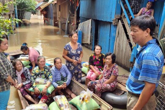 Tổng Lãnh sự quán Việt Nam tại tỉnh Preah Sihanouk hỗ trợ khẩn cấp bà con bị lũ lụt