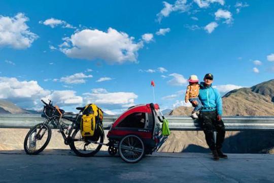 Người cha đạp xe chở con gái 4 tuổi đi hơn 4.000 km để mừng sinh nhật (15/10/2020)
