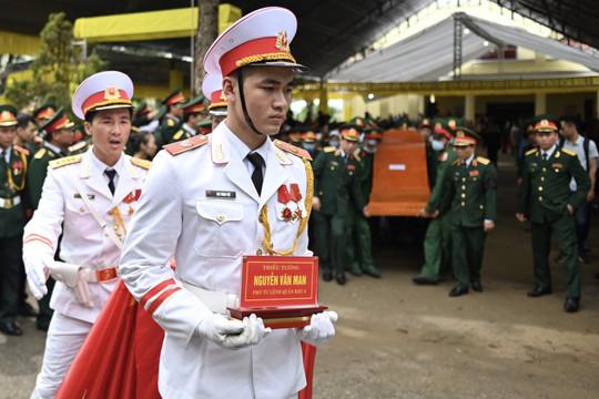 Người Quảng Bình lội nước đón linh cữu Thiếu tướng Nguyễn Văn Man