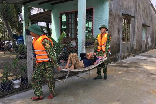 Cảm động hình ảnh lính cụ Hồ giúp dân sơ tán tránh bão số 9