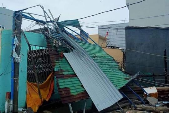Ảnh: Hãi hùng cảnh bão giật tung mái nhà, kéo chìm tàu du lịch ở Quảng Ngãi