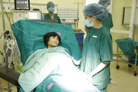 Ca phẫu thuật đặc biệt: Mổ bắt con trong tư thế ngồi cho người mẹ ung thư