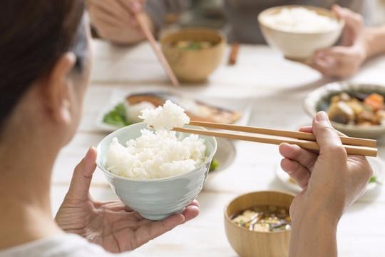 Sai lầm khi ăn cơm nhiều người thường mắc phải