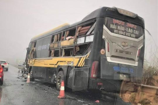 Xe tải và xe khách va chạm trên cao tốc ở Yên Bái, 1 người bị thương