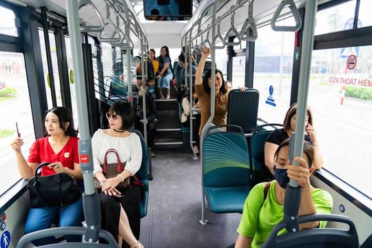 """Trải nghiệm """"cực chất"""" với xe buýt điện đầu tiên tại Việt Nam"""