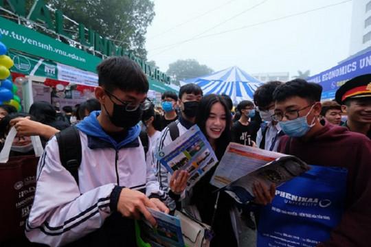 Học sinh đi từ 4 giờ sáng dự Ngày hội Tư vấn tuyển sinh, hướng nghiệp