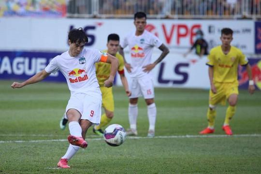 HLV Nguyễn Văn Sỹ: 'Nam Định thua sớm 3 bàn trước HAGL vì thiếu oxy'