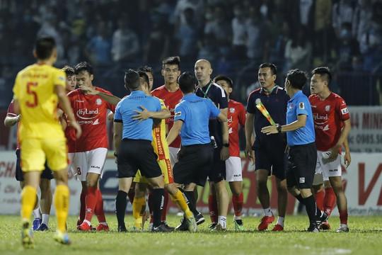 Cận cảnh: Trợ lý CLB TPHCM lao vào sân phản ứng trọng tài