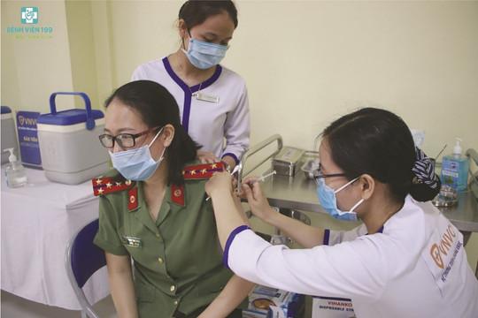 Đà Nẵng tiêm vaccine COVID-19 cho 220 cán bộ chiến sĩ các lực lượng tuyến đầu