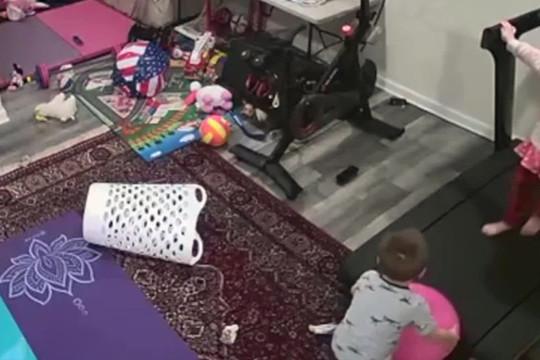 Kinh hoàng máy tập chạy bộ cuốn bé trai vào trong