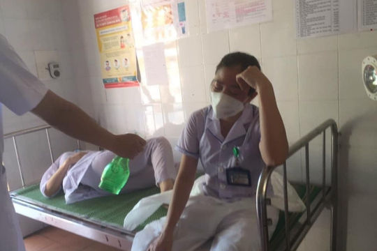Nhói lòng hình ảnh ba nữ nhân viên y tế kiệt sức khi chống dịch ở Thuận Thành