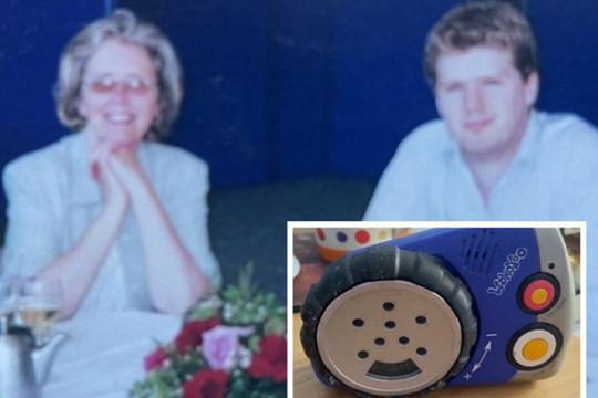 Người đàn ông bật khóc khi nghe tiếng người mẹ đã mất 23 năm lúc dọn nhà