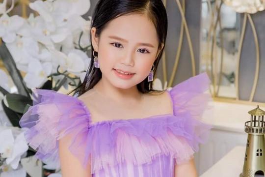 Á hậu nhí Hoàng Vân dùng tiền 'đút heo' ủng hộ Quỹ vaccine COVID-19