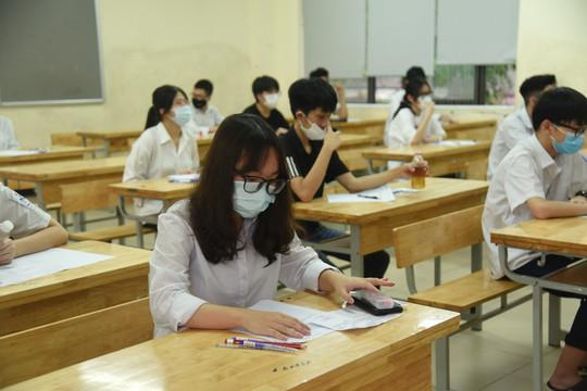 """Thí sinh """"than"""" đề thi vào chuyên Anh lớp 10 của Hà Nội khó và dài"""