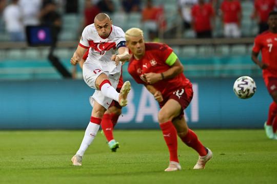 """TRỰC TIẾP Thụy Sĩ 2-1 Thổ Nhĩ Kỳ: Kahveci """"vẽ cầu vồng"""" trên sân Baku"""